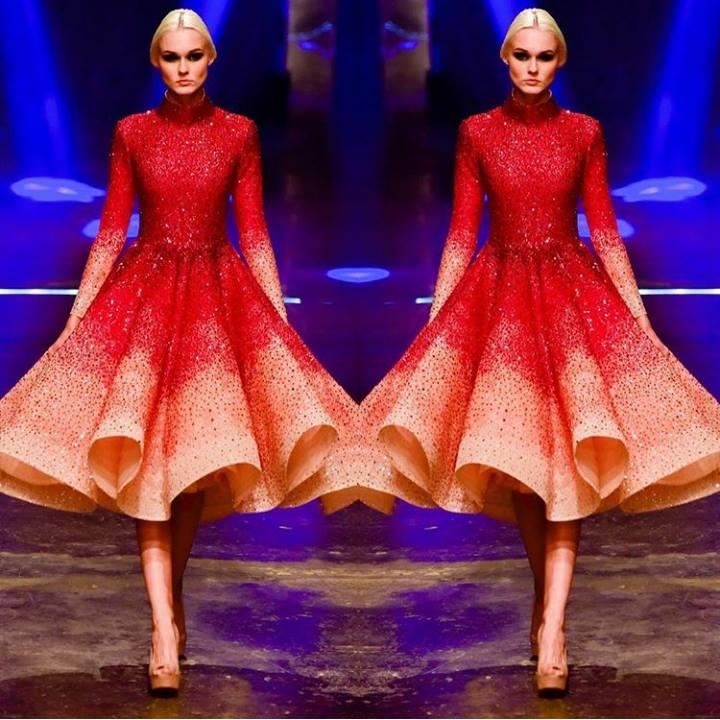 Được biết, thiết kế Jennifer Lopez diện là của nhà mốt danh tiếng Michael Cinco và nằm trong bộ sưu tập Xuân - Hè 2016. Theo chia sẻ của Travis Nguyễn (người định hình phong cách cho Phạm Hương) thì chiếc váy của mĩ nhân gốc Hải Phòng do nhà thiết kế Linh Santhực hiện.
