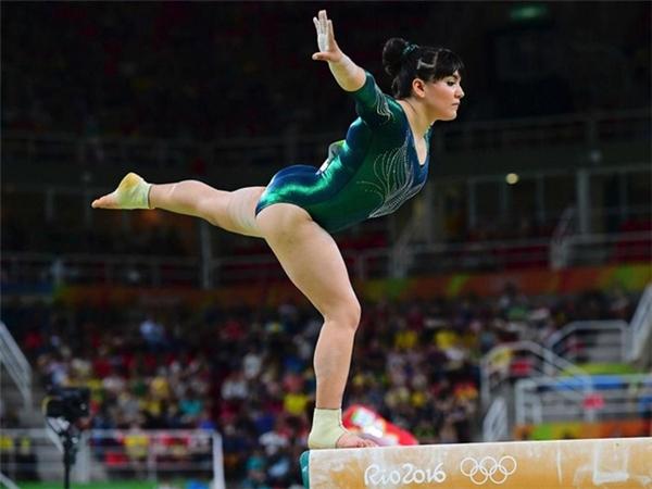 Cô tạo chú ý đặc biệt bởi thân hình đẫy đà rất hiếm thấy ở môn thể thao này. Alexa cao chưa đến 1,5 mét và nặng 45kg.