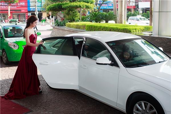 Tú Anh được mẹlái xe đưađến sự kiện.Bà rất chăm chút và dành thời gian giúp đỡ con gái mỗi khi dự event hay các hoạt động chụp hình.