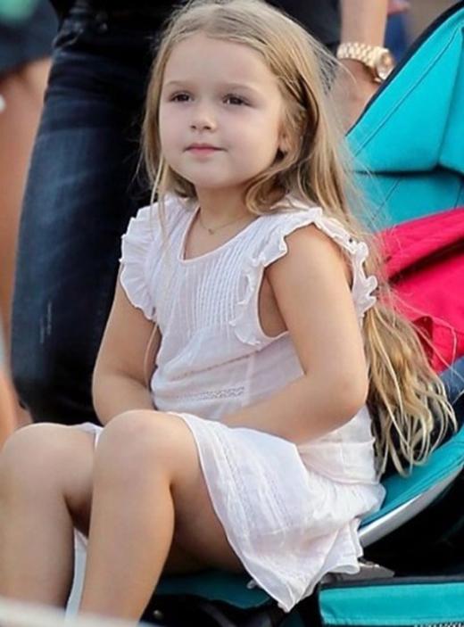 """, Càng lớn cô bé càng ra dáng """"thiếu nữ"""" xinh đẹp vạn người mê."""