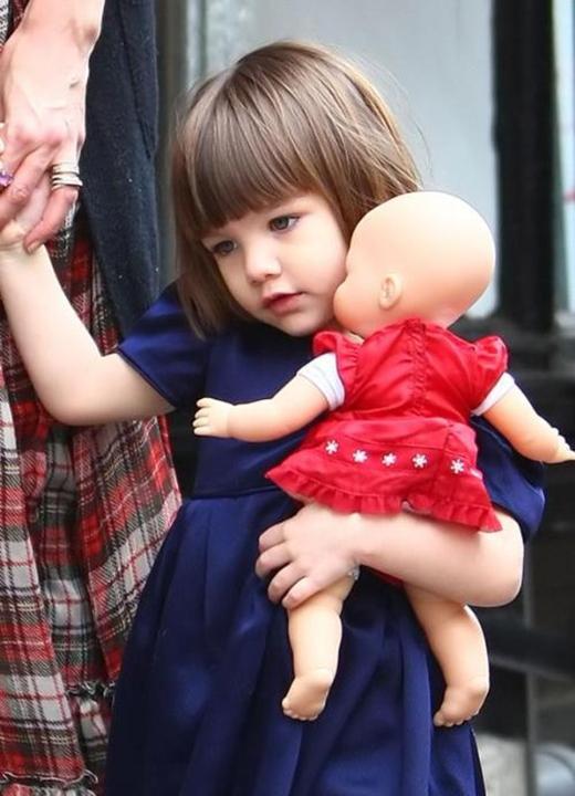 Là con gái của cặp đôi quyền lực Tom Cruise và Katie Holmes, cô bé Suri từng được mệnh danh là nhóc tì được săn đón nhiều nhất Hollywood.