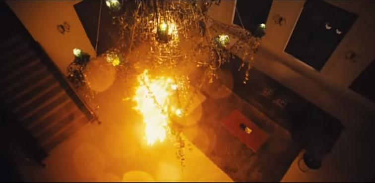 Đám lửa bốc lên từ thân xác của Eun Yi đã khép lại cuộc đời của cô hầu gái đáng thương.(Ảnh: Internet)