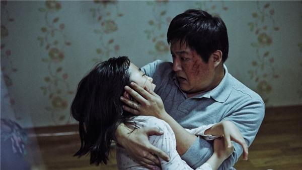 Con gái Jong Goo mắc phải triệu chứng giống người trong làng. (Ảnh: Internet)