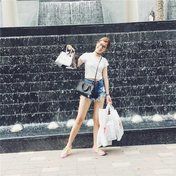 """Không chi tiền """"mạnh tay"""" cho hàng hiệu như Angela Phương Trinh,Hoàng Yến Chibimua sắm trong giới hạn cho phép của mình. - Tin sao Viet - Tin tuc sao Viet - Scandal sao Viet - Tin tuc cua Sao - Tin cua Sao"""