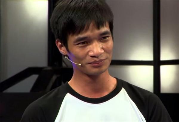 Lệ Rơi tên thật là Nguyễn Đức Hậu, sinh năm 1987 tại Hải Dương. Nổi tiếng vào giữa năm 2014 khi cover hàng loạt ca khúc nổi tiếng, giọng hát chênh phô và màn trình diễn vụng về, Lệ Rơi được đánh giá là thảm họa của làng nhạc. Bị chê bai là thế nhưng anh chàng vẫn tự tin và hồn nhiên vào Sài Gòn lập nghiệp, thậm chí Lệ Rơi còn thành lập một công ty giải trí do mình làm giám đốc, đóng MV ca nhạc và chụp hình quảng cáo.
