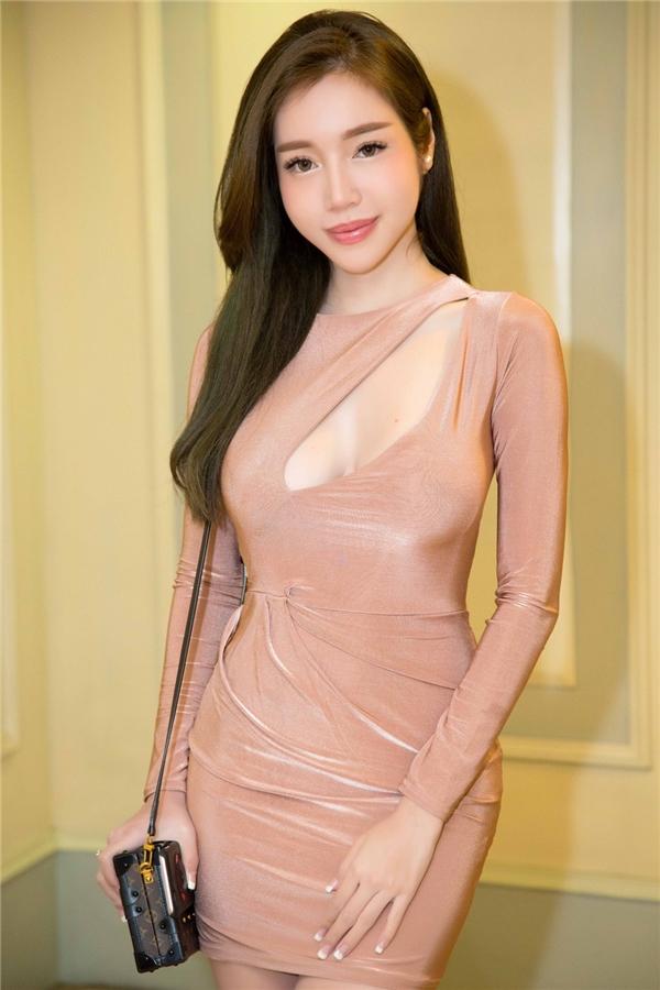 Vốn nổi tiếng sở hữu số đo nóng bỏng, Elly Trần tiếp tục khoe trọn lợi thế ngoại hình trong bộ váy đơn giản có phom dáng ôm sát. - Tin sao Viet - Tin tuc sao Viet - Scandal sao Viet - Tin tuc cua Sao - Tin cua Sao