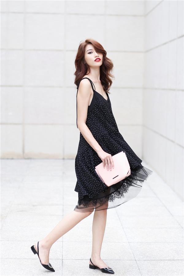 Quỳnh Châu chọn phụ kiện đi kèm với tông màu hồng nhạt tương phản sắc độ với trang phục nhằm tạo điểm nhấn.