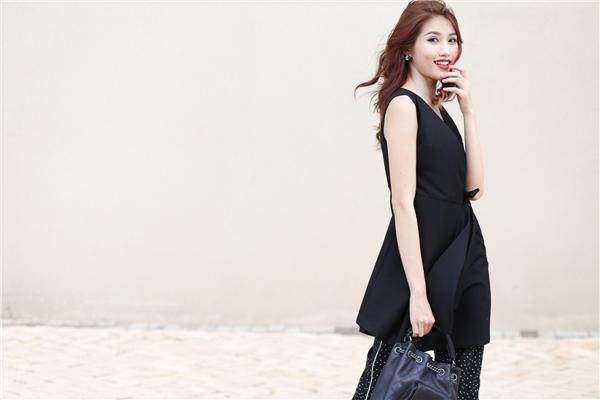Chiếc áo dáng dài đơn sắc, thanh lịch được top 5 Hoa khôi Áo dài Việt Nam 2016 chọn phối khéo léo với quần ống loe chấm bi. Bộ trang phục là sự hòa hợp giữa hai màu sắc cổ điển, thanh lịch và hiện đại, độc đáo.