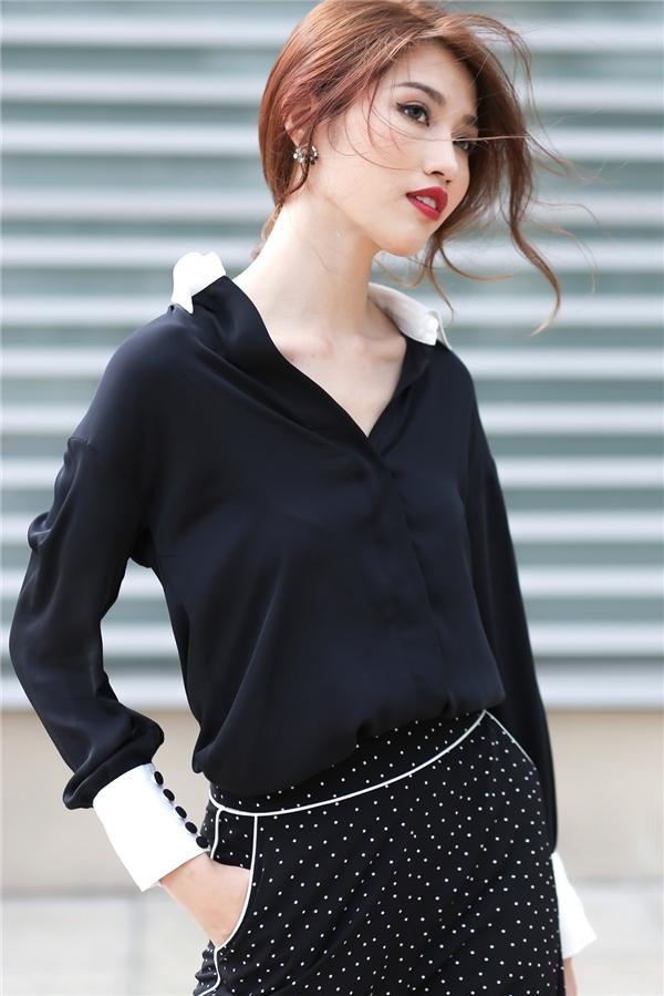 Với bộ trang phục này, người xem khó thể rời mắt bởi sự độc đáo giữa hai thành phần cùng loạt chi tiết như: đường diềm, chấm bi, phần tay to bản kết hợp hai màu sắc tương phản.