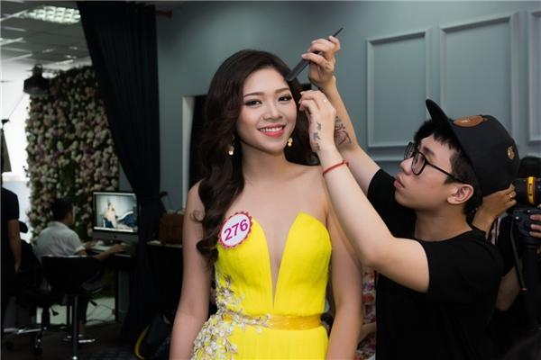 Bên cạnh đó, với sự kết hợp cùng phụ kiện trang sức ngọc trai sang trọng,các thí sinh hoàn thiện vẻ đẹp và tỏa sáng hơn.