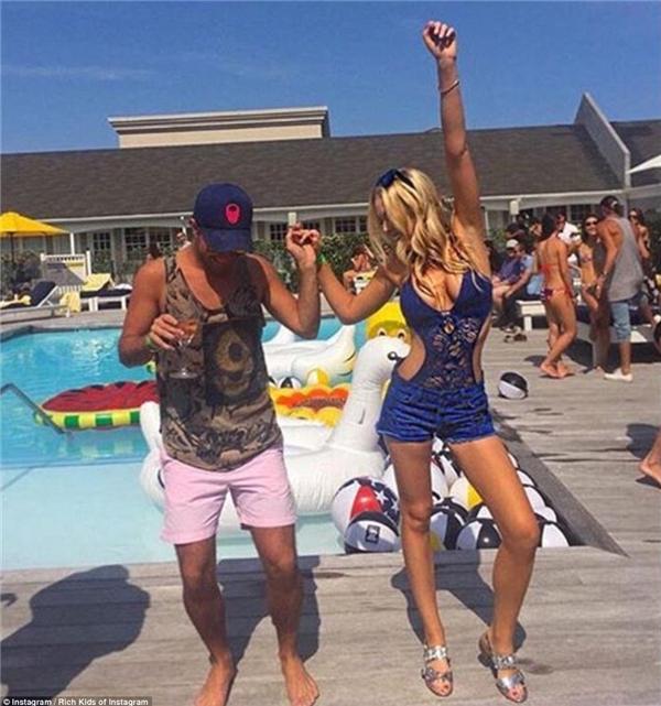 """Con gái của tỉ phú Donald Trump - Tiffany Trump """"quẩy"""" hết mình trong bộ đầm cutout ở một bữa tiệc bể bơi tại Hamptons. Bức ảnh được cô nàng chia sẻ trên Instagram cùng dòng chú thích: """"Hè này: Hamptons. Mùa thu tới: Nhà Trắng!"""".(Ảnh: Rich Kids of Instagram)"""