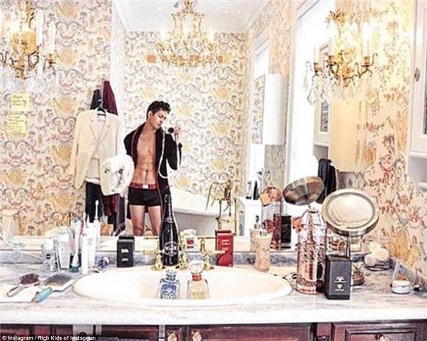 """Nhân dịp sinh nhật, cậu ấm này chụp một bức ảnh tự sướng trong phòng tắm thượng hạng cùng dòng chú thích rõ-ràng-là-không-liên-quan: """"Cuối cùng thì mình cũng được chính thức làm những điều 'sai trái' mà mình đã lén làm hồi năm 16 tuổi rồi. Yay!"""".(Ảnh: Rich Kids of Instagram)"""