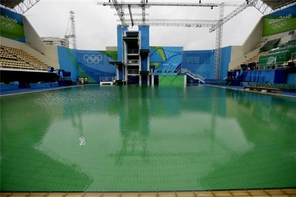 Mặt hồ bơi xanh lá đáng sợ ở Olympic Rio 2016
