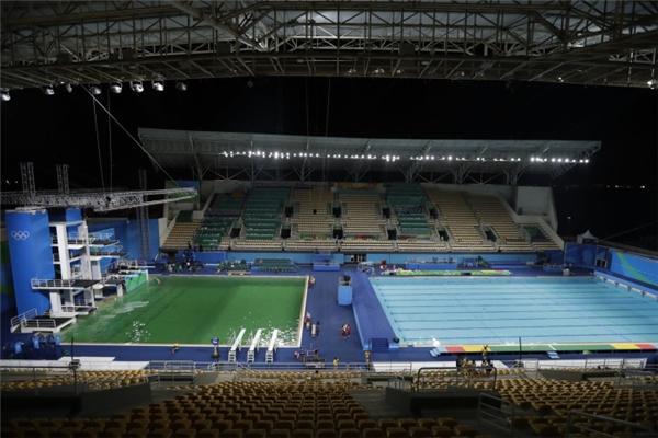 Có thể thấy hồ dùng cho thi nhảy cầu hoàn toàn là màu xanh lá, còn hồ thi bơi thì vẫn còn màu xanh dương bình thường.