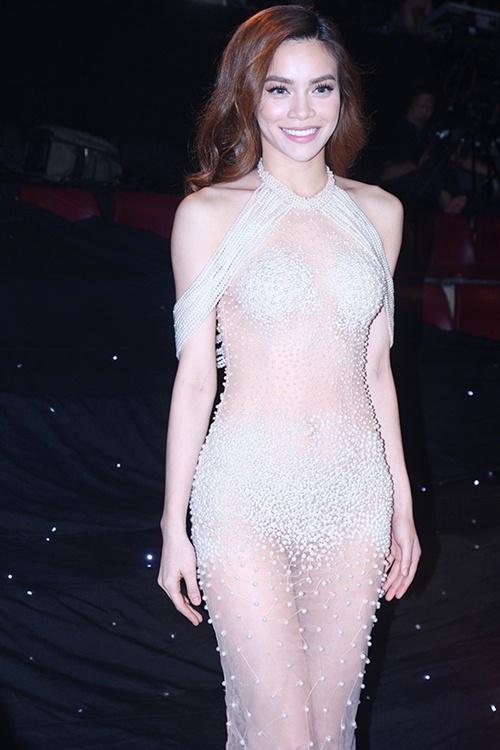 Nữ hoàng giải trí nhận được nhiều phản ứng trái chiều từ dư luận khi mặc váy xuyên thấu. - Tin sao Viet - Tin tuc sao Viet - Scandal sao Viet - Tin tuc cua Sao - Tin cua Sao