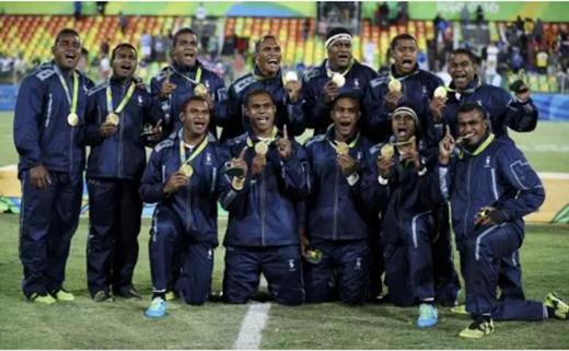 Đội tuyển rugby Fiji sung sướng với HCV Olympic đầu tiên của toàn quốc.