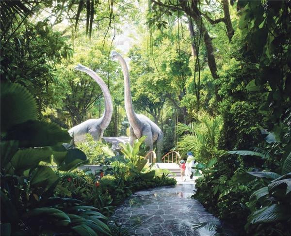 Nhà thiết kế còn khéo léo bố trí mô hình loài khủng long thời tiền sử khổng lồ để tăng nét sinh động cho cảnh vật, khiến ta như lạc vào một không gian khác.