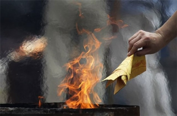 Nên đốt vàngmã ngay khi cúng xongđể các cô hồn nhận và đi ngay, không lẩn quẩn quấy nhiễu gia chủ.