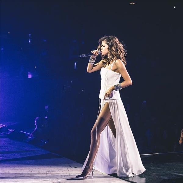 Thiết kế xẻ cao giúp Selena khoe chân dài tít tắp hút hồn tại sân khấu Melbourne.