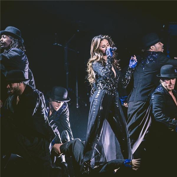 Không cần phải quá hở hang nhưng vô cùng gợi cảm, đó chính là cảm giác mà bộ trang phục này mang lại. Với chiếc áo đínhsequin lấp lánh, Selena đã trở thành nữ hoàng trên sân khấu.