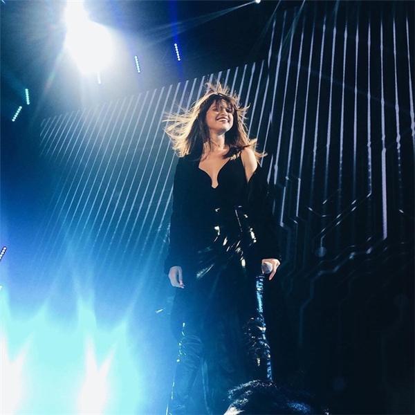 Phần cổ áo được cắt xẻ táo bạo và tinh tế giúp nữ ca sĩ trông vô cùnggợi cảm.