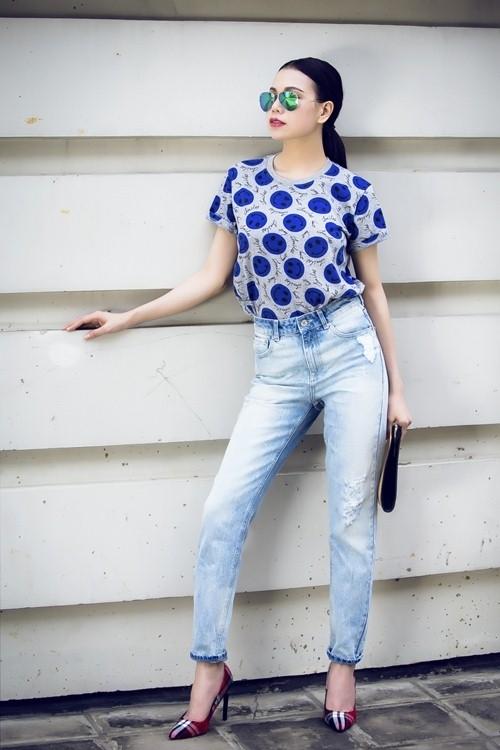 """Chiếc quần """"thần kì"""" này luôn giúp các cô gái trông cao hơn thực tế và dễ dàng che đi khuyết điểm vòng eo to hay lưng dài, chân ngắn. Bạn có thể kết hợp chiếc quần cạp cao cùng sơ mi, áo phông hay crop-top đều trông rất thanh lịch, thời trang."""