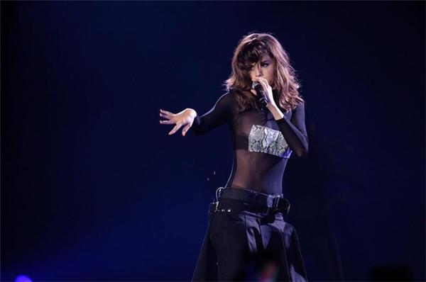 Người hâm mộ ở Úc còn được chiêm ngưỡng một Selena mới lạ, táo bạovới trang phục xuyên thấu gợi cảm, kết hợp với chiếc quần tụt cá tính. Chỉ trong một bộ trang phục mà cô nàng đã thể hiện được hai cá tính nổi trội của mình là vừa nữ tínhvừa nổi loạn.