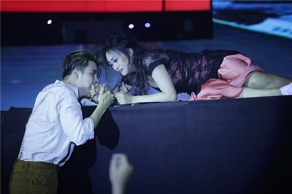 Trong đó, Võ Minh Lâm hóa thân chàng Jack hào hoa, dung cảm và vũ công Kim Anh vào vai nàng Rose quyến rũ, đáng yêu. Cặp đôi đã trao cho nhau những nụ hôn kéo dài khi nhập vai đôi tình nhân thưở mới yêu say đắm trên sóng truyền hình.