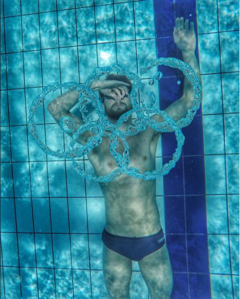 """Vận động viên bơi lội người Úc Sebastiaan Verschuren đang """"vẽ""""biểu tượng Olympic từnhững vòng tròn nước. Thực sự đáng kinh ngạc đúng chứ?"""