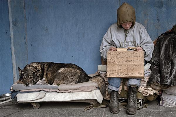 Đối với người này, chú chó là người thân, tình thương duy nhất còn sót lại vì gia đình của anh ta đã qua đời trong một trận động đất.