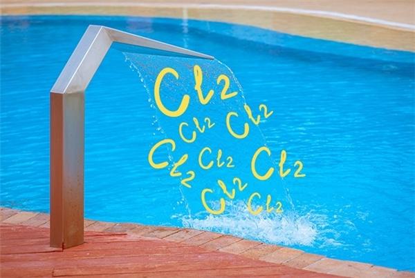 Hồ bơi đầy hóa chất có hại cho da, hãy bảo vệ làn da đáng giá của mình mỗi khi đi bơi nhé.