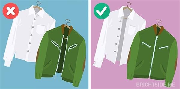 Bạn nên mở cúc áo sơ mi và kéo các dâykhóa quần áo cẩn thận trước khi đem đi giặt.