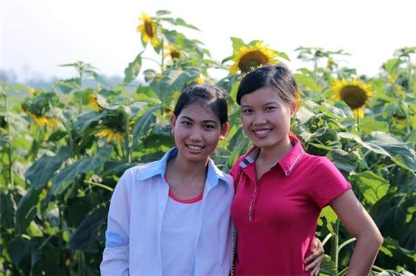 Em Tô Thị Nhung (áo trắng) hằng ngày phải đạp xe 10km để đến trường đãxuất sắc đạt được 27,6 điểm khối A.