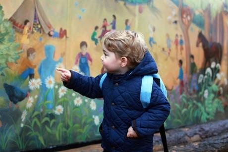 Hoàng tử Geogre - con trai của Công tước xứ Cambridge đã có ngày đi học mẫu giáo đầu tiên vào ngày 6/1/2016 tại trường Westacre Montessori xứ Norfolk . Trong trang phục màu xanh, và chiếc balo xanh, cậu nhóc trông đáng yêu và vô cùng hào hứng trong ngày đầu tiên đến trường.