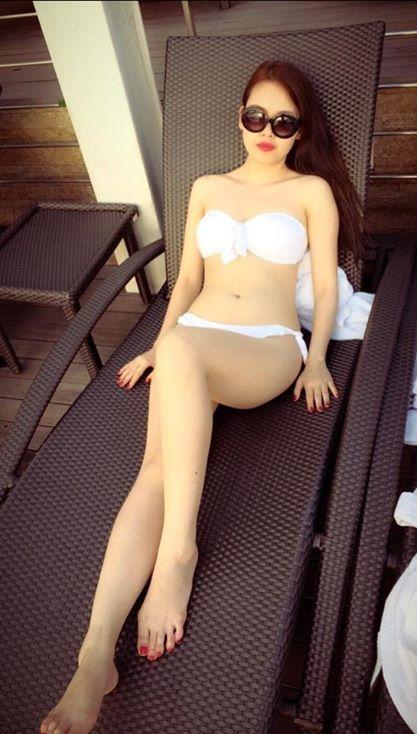 Trên trang cá nhân thời gian gần đây, bạn gái Lê Hiếu liên tục đăng tải những khoảnh khắc khoe dáng khi mặc bikini nóng bỏng. Những bức hình hút mắt này đều nhận được nhiều sự quan tâm, khen ngợi từ cư dân mạng.