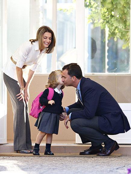 Công chúa Infanta Leonor vui vẻ hôn tạm biệt ba mẹ trong ngày đầu đi học mẫu giáo vào năm 2008.