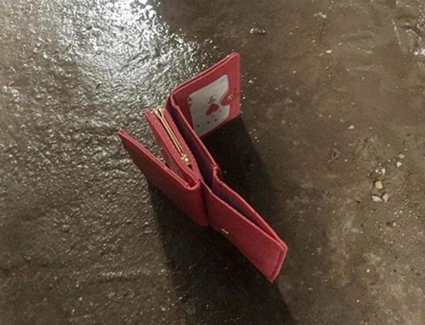 Túi xách, ví tiền của cô gái sau khi bị lục lọi thì cũng bị vứt vương vãi trên đường.(Nguồn: Internet)