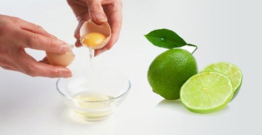 2.Tạo màu vàng đẹp mắt: Trước khi đánh tan trứng,bạncho vào tô2-3 giọt chanh và 1 thìa nhỏ dầu ăn. Đánh đều cho trứng nổi bọt rồi mới cho vào chảo. Lưu ý, dụng cụ đánh trứng phải thật sạch sẽ.