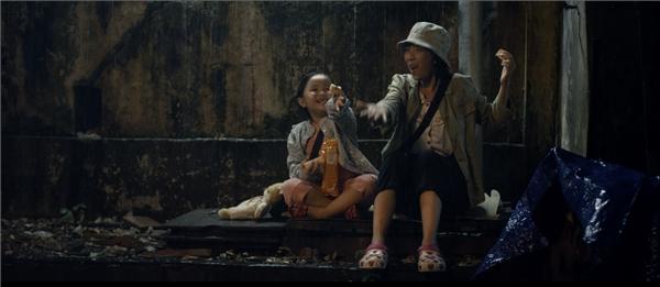 """""""Thương Nắng thương Mưa, thương những nhọc nhằn. Đời Mưa cho Nắng gom bao nhọc nhằn. Vui lúc cơm khuya, vui lúc đêm về. Ngày sinh ra Nắng, Mưa thêm niềm vui. Đời Mưa có Nắng, có thêm nụ cười""""… là những câu hát khiến người hâm mộ nghẹn ngào xúc động."""