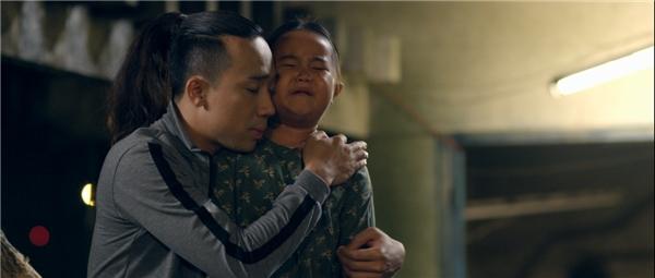 """Mẹ con Mưa - Nắngkhông chỉ làm tan chảy tâm hồn chai sạn của Tuấn """"giang hồ"""" (Kiều Minh Tuấn) và Lâm """"sida"""" (Trấn Thành) trong phimmà còn chạm đến trái tim của từng khán giả."""