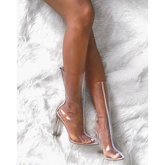 Boots dạng dài giúp các nàng khoe triệt để lợi thế đôi chân.