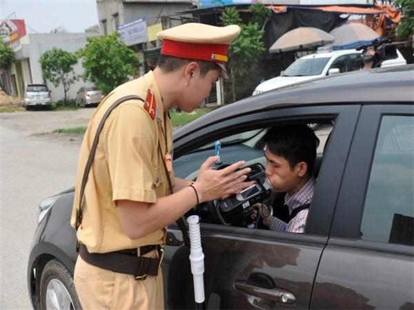 CSGT kiểm tra nồng độ cồn của tài xế.