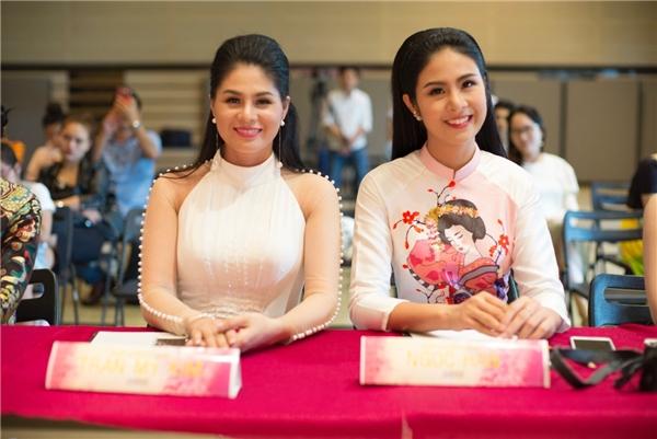Tại sự kiện này, Hoa hậu Việt Nam 2010 xuất hiện duyên dáng trong tà áo dài cách điệu do chính Ngọc Hân thiết kế, lấy cảm hứng từ hình ảnh nàng Geisha.