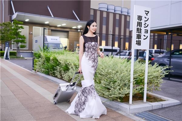 Cũng trong chuyến đi này, Ngọc Hân còn tham gia một sự kiện khác. Cô chọn diện bộ váy kín đáo với hai tông màu đen trắng sang trọng của nhà thiết kế Xuân Lê. Thiết kế ôm sát cơ thể giúp Hoa hậu Việt Nam 2010 phô diễn trọn vẹn đường cong trên cơ thể.