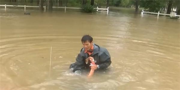 Người đàn ông cố gắng cứu người phụ nữ bị kẹt trong chiếc xe ô tô bị chìm một cách tuyệt vọng
