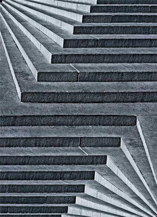 Cầu thang này đi lên hay là đi xuống?