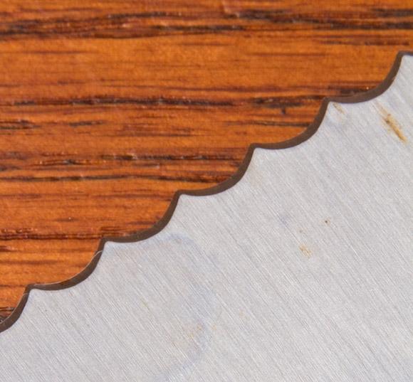 Đường cắt là của miếng gỗ hay miếng kim loại?