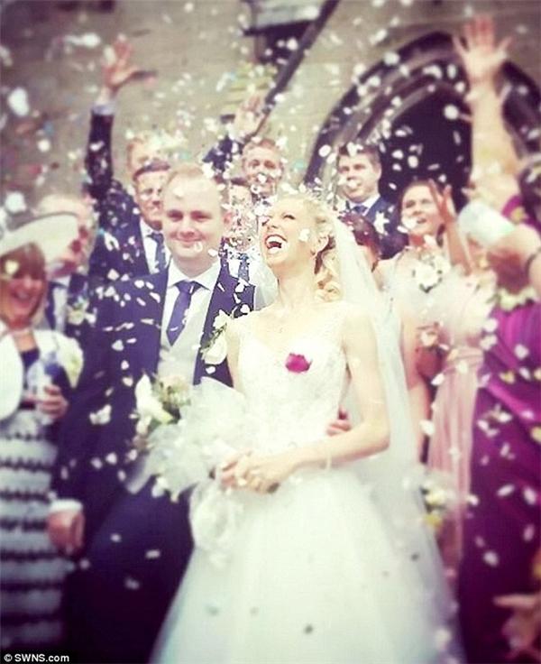 Emma Stokes và Chris Weir – cặp đôi đến từ Cheshire, trong ngày trọng đại. (Ảnh: DailyMail)
