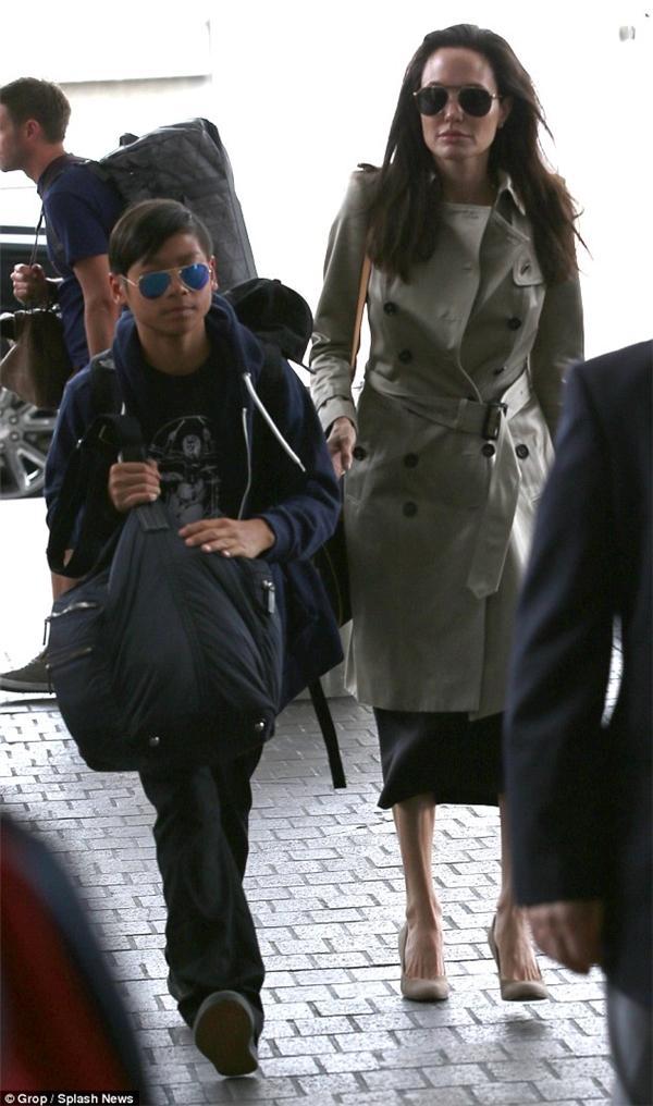 Pax Thiên xuất hiện cùng mẹ nuôi, minh tinh Angelina Jolie tại sân bay vào thứ 7 tuần qua. - Tin sao Viet - Tin tuc sao Viet - Scandal sao Viet - Tin tuc cua Sao - Tin cua Sao