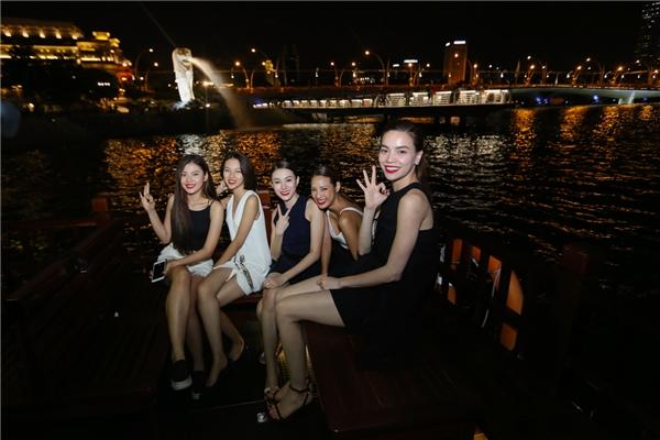Sau đó, Hồ Ngọc Hà và 4 cô gái được du ngoạn bằng thuyền trên vịnh để ngắm cảnh thành phố ban đêm và tìm hiểu đôi chút về sự hình thành, phát triển của đất nước này.
